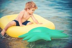 Θερινά διακοπές και ταξίδι στον ωκεανό Μικρό παιδί αγοριών sunbath στο στρώμα αέρα Διογκώσιμο στρώμα ανανά, δραστηριότητα στοκ φωτογραφίες με δικαίωμα ελεύθερης χρήσης