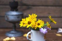 Θερινά κίτρινα λουλούδια σε μια άσπρη ζωή κύκλων ακόμα Στοκ φωτογραφίες με δικαίωμα ελεύθερης χρήσης