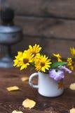 Θερινά κίτρινα λουλούδια σε μια άσπρη ζωή κύκλων ακόμα Στοκ Εικόνες