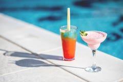 Θερινά κοκτέιλ στην πισίνα στοκ εικόνες με δικαίωμα ελεύθερης χρήσης