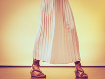 Θερινά μοντέρνα παπούτσια στα θηλυκά πόδια Στοκ φωτογραφία με δικαίωμα ελεύθερης χρήσης