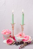 Θερινά λουλούδια, διακοσμητικό πουλί και καίγοντας κεριά Στοκ εικόνες με δικαίωμα ελεύθερης χρήσης