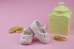 Θερινά παπούτσια μικρών κοριτσιών στοκ φωτογραφία με δικαίωμα ελεύθερης χρήσης