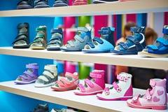 Θερινά παπούτσια παιδιών στο κατάστημα Στοκ Εικόνες