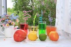 Θερινά ποτά με τα φρούτα σε ένα υγρό ανοικτό παράθυρο στον κήπο στοκ φωτογραφίες με δικαίωμα ελεύθερης χρήσης