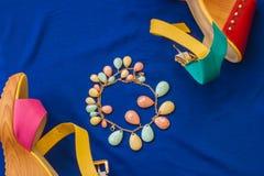 Θερινά σανδάλια και βραχιόλι Στοκ εικόνα με δικαίωμα ελεύθερης χρήσης