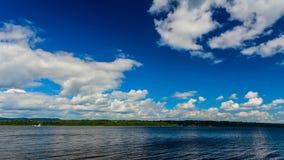 Θερινά σύννεφα που κυλούν κάτω τον ποταμό απόθεμα βίντεο