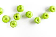 Θερινά τρόφιμα με τα πράσινα μήλα στην άσπρη χλεύη άποψης υποβάθρου τοπ επάνω Στοκ Εικόνες
