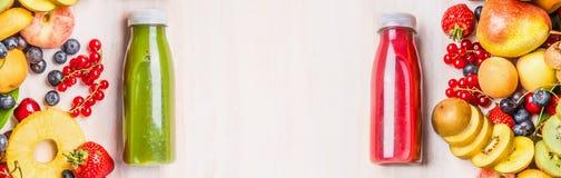 Θερινά φρούτα και ποτά μούρων Κόκκινοι και πράσινοι καταφερτζήδες και χυμοί στα μπουκάλια με τα συστατικά στο άσπρο επιτραπέζιο υ στοκ εικόνες με δικαίωμα ελεύθερης χρήσης