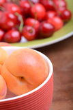 Θερινά φρούτα, κεράσια, βερίκοκα Στοκ φωτογραφίες με δικαίωμα ελεύθερης χρήσης