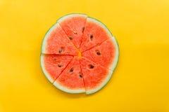 Θερινά φρούτα με το φρέσκο καρπούζι στο κίτρινο υπόβαθρο χρώματος στοκ φωτογραφία με δικαίωμα ελεύθερης χρήσης