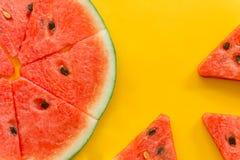 Θερινά φρούτα με το φρέσκο καρπούζι στο κίτρινο υπόβαθρο χρώματος στοκ εικόνα με δικαίωμα ελεύθερης χρήσης