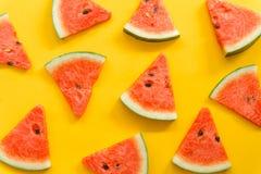 Θερινά φρούτα με το φρέσκο καρπούζι στο κίτρινο υπόβαθρο χρώματος στοκ φωτογραφίες
