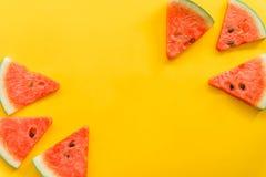 Θερινά φρούτα με το φρέσκο καρπούζι στο κίτρινο υπόβαθρο χρώματος στοκ φωτογραφίες με δικαίωμα ελεύθερης χρήσης