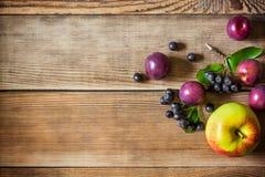 Θερινά φρούτα στο ξύλινο υπόβαθρο στο αγροτικό ύφος Στοκ φωτογραφίες με δικαίωμα ελεύθερης χρήσης