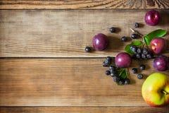 Θερινά φρούτα στο ξύλινο υπόβαθρο στο αγροτικό ύφος Στοκ Εικόνες