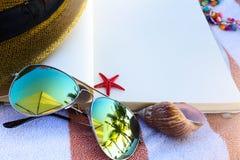 Θερινές διακοπές  απολαύστε τις ευτυχείς διακοπές στη θερινή παραλία Στοκ φωτογραφίες με δικαίωμα ελεύθερης χρήσης