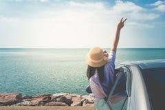 Θερινές διακοπές και έννοια διακοπών: Ευτυχές ταξίδι οικογενειακών αυτοκινήτων στη θάλασσα, γυναίκα πορτρέτου που αισθάνεται την  στοκ εικόνα