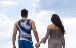 Θερινές διακοπές περπατήματος ζεύγους, όμορφος νέος ευτυχής άνδρας ανθρώπων και πίσω οπισθοσκόπος γυναικών Στοκ φωτογραφία με δικαίωμα ελεύθερης χρήσης