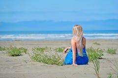 Θερινές διακοπές στην παραλία Γυναίκα στην παραλία που εξετάζει τη θάλασσα στοκ εικόνες