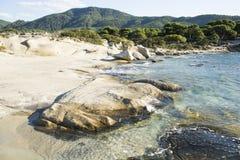 Θερινές διακοπές στον τροπικό κύκλο Παραλία θάλασσας με το λοφώδες τοπίο στον ηλιόλουστο μπλε ουρανό Πετρώδης παραλία με το μπλε  Στοκ φωτογραφία με δικαίωμα ελεύθερης χρήσης