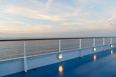 Θερινές διακοπές, wanderlust κατάστρωμα ειδυλλιακό seascape στον ουρανό βραδιού Πίνακας σκαφών στο Μαϊάμι, ΗΠΑ στην μπλε θάλασσα  στοκ φωτογραφία με δικαίωμα ελεύθερης χρήσης