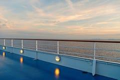 Θερινές διακοπές, wanderlust κατάστρωμα ειδυλλιακό seascape στον ουρανό βραδιού Πίνακας σκαφών στο Μαϊάμι, ΗΠΑ στην μπλε θάλασσα  στοκ εικόνα με δικαίωμα ελεύθερης χρήσης