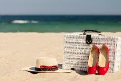 Θερινές διακοπές εν πλω Άσπρη ψάθινη βαλίτσα και πρόσβαση γυναικών ` s Στοκ Φωτογραφία