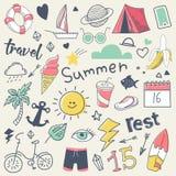 Θερινές διακοπές ελεύθερο συρμένο χέρι Doodle με τον ήλιο, την κυματωγή και το στρατόπεδο διανυσματική απεικόνιση