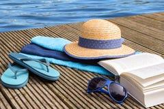 Θερινές διακοπές, μπλε νερό και εξαρτήματα για τις παραθαλάσσιες διακοπές α Στοκ Φωτογραφίες