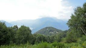Θερινή άποψη από την κορυφή των ελβετικών Άλπεων κοντά σε Locarno απόθεμα βίντεο