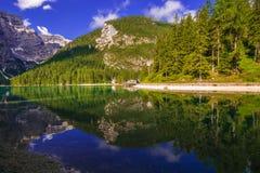 Θερινή άποψη της λίμνης παραδείσου Braies σε Trentino Alto - Adige στοκ εικόνα