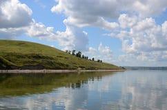 Θερινή άποψη του ποταμού ακτών Στοκ Φωτογραφίες