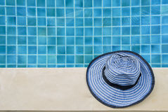 Θερινή έννοια, μπλε καπέλο σχεδίου πέρα από την άκρη πισινών Στοκ Φωτογραφία