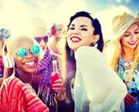 Θερινή έννοια φιλίας χορού μουσικής κόμματος παραλιών στοκ φωτογραφία με δικαίωμα ελεύθερης χρήσης