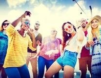 Θερινή έννοια φιλίας χορού μουσικής κόμματος παραλιών στοκ φωτογραφία