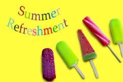 Θερινή ανανέωση με τις ζωηρόχρωμα επιστολές και το παγωτό πέντε στην κίτρινη επιφάνεια στοκ φωτογραφία