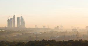 Θερινή αυγή και η όψη των ουρανοξυστών στοκ εικόνες με δικαίωμα ελεύθερης χρήσης