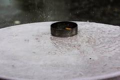 Θερινή βροχή και ένα cigaret στοκ φωτογραφία με δικαίωμα ελεύθερης χρήσης