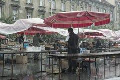Θερινή βροχή στην αγορά αγροτών στο Ζάγκρεμπ Στοκ Εικόνα