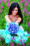 θερινή γυναίκα λουλουδιών πεδίων Στοκ Φωτογραφίες