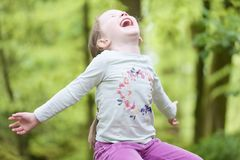 Θερινή δασική δασώδης περιοχή εξωτερικού λουλουδιών επιλογής χαμόγελου νέων κοριτσιών ευτυχής bluebell την άνοιξη στοκ εικόνες
