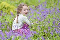 Θερινή δασική δασώδης περιοχή εξωτερικού λουλουδιών επιλογής χαμόγελου νέων κοριτσιών ευτυχής bluebell την άνοιξη στοκ εικόνες με δικαίωμα ελεύθερης χρήσης