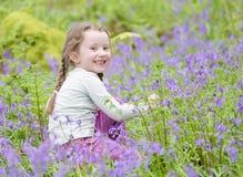 Θερινή δασική δασώδης περιοχή εξωτερικού λουλουδιών επιλογής χαμόγελου νέων κοριτσιών ευτυχής bluebell την άνοιξη στοκ εικόνα με δικαίωμα ελεύθερης χρήσης