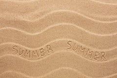 Θερινή επιγραφή στην κυματιστή άμμο Στοκ εικόνα με δικαίωμα ελεύθερης χρήσης