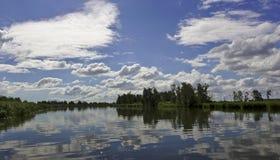 Θερινή ημέρα στην όχθη ποταμού Στοκ Φωτογραφία