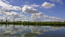 Θερινή ημέρα στην όχθη ποταμού Στοκ Εικόνα