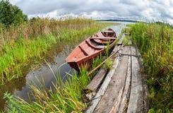 Θερινή ημέρα στη λίμνη με μια βάρκα κωπηλασίας Στοκ εικόνες με δικαίωμα ελεύθερης χρήσης