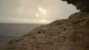 Θερινή θύελλα στη θάλασσα μετά από το ηλιοβασίλεμα απόθεμα βίντεο