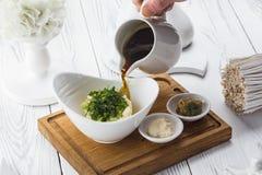 Θερινή κρύα σούπα με το ραδίκι, το αγγούρι και τον άνηθο στοκ φωτογραφία με δικαίωμα ελεύθερης χρήσης